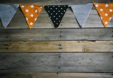 Bannière de triangle de Halloween au sommet de fond en bois photographie stock
