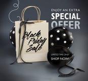 Bannière de vente de Black Friday contenant le sac de papier réutilisé décoré du ruban noir de satin, et ballons noirs Images stock