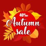 Bannière de vente d'automne avec des feuilles d'automne sur le fond rouge Photographie stock libre de droits