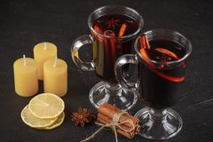 Bannière de vin chaud Verres avec le vin rouge et les épices chauds sur le fond foncé Style foncé moderne d'humeur Photos stock