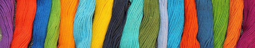 Bannière des fils colorés de métier de coton Photo libre de droits