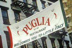 Bannière en dehors de la Puglia, restaurant en peu d'Italie, New York City, NY images stock