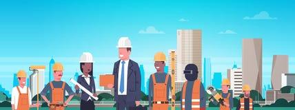 Bannière horizontale de Team Over Modern City Background de travailleurs de la construction illustration de vecteur