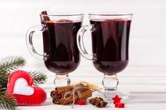 Bannière horizontale de vin chaud d'hiver Verres avec le vin rouge et les épices chauds, arbre, décorations de feutre sur le fond Image libre de droits