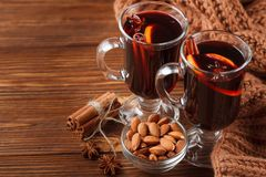 Bannière horizontale de vin chaud d'hiver Verres avec le vin rouge et les épices chauds sur le fond en bois Photo libre de droits