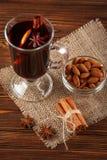 Bannière horizontale de vin chaud d'hiver Verres avec le vin rouge et les épices chauds sur le fond en bois Photos libres de droits