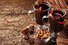 Bannière horizontale de vin chaud d'hiver Verres avec le vin rouge et les épices chauds sur le fond en bois Photos stock