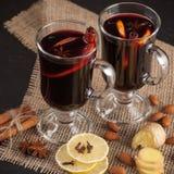 Bannière horizontale de vin chaud d'hiver Verres avec le vin rouge et les épices chauds sur le fond foncé Photo libre de droits
