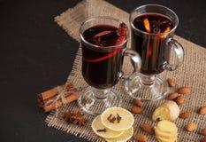 Bannière horizontale de vin chaud d'hiver Verres avec le vin rouge et les épices chauds sur le fond foncé Images libres de droits