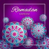 Bannière islamique de salutation de Ramadan Kareem avec l'ornement arabe géométrique sur le fond ultra-violet illustration libre de droits