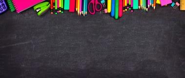 Bannière supérieure de frontière de fournitures scolaires, vue supérieure sur un fond de tableau avec l'espace de copie De nouvea images stock