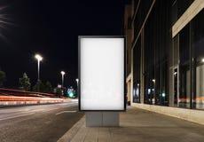Bannière vide sur une rue dans la ville rendu 3d Images libres de droits