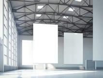Bannières blanches vides dans le hangar rendu 3d Photos libres de droits