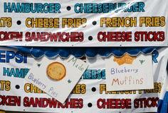 Bannières colorées de nourriture à une foire régionale Photographie stock libre de droits