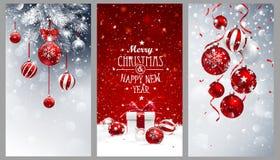 Bannières de Noël réglées avec des branches de sapin, des boules rouges et des cadeaux Photos stock