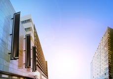 Bannières verticales noires vides sur la façade de bâtiment, maquette de conception Photo libre de droits