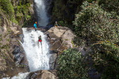 Bano, Ecuador - 10 Augustus 2013 - Toerist die een wilde sport in de val van Bano in Ecuador, Zuid-Amerika doen Stock Foto