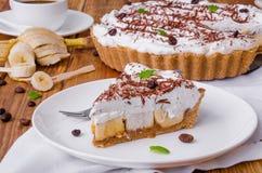 Banoffee饼用香蕉、打好的奶油、巧克力、咖啡和奶糖 库存照片