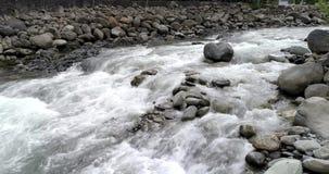 Banos,厄瓜多尔- 2018年9月24日-寄生虫慢慢地移动在河浪端的白色泡沫在低空 股票录像