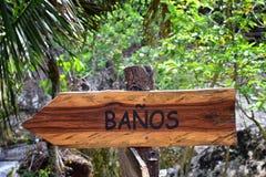 Banos,在足迹的卫生间标志在El伊甸园电影被摄制了的巴亚尔塔港墨西哥 库存照片