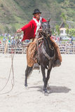 Banos de Aqua圣诞老人,通古拉瓦火山,厄瓜多尔, 2014年11月,年轻拉丁人在骑马的全国服装穿戴了在圣诞节 免版税库存图片