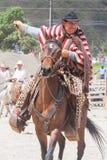 Banos De Aqua Santa, Tungurahua, Ekwador, Listopad 2014, Młodzi łacińscy mężczyzna jedzie konia przy bożymi narodzeniami ubierał  Zdjęcia Royalty Free