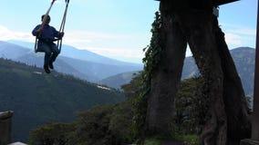 Banos, Ecuador - 20180924 - Frau dreht sich auf Casa de Arbol Swing über Abgrund stock video footage