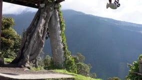 Banos, Ecuador - 20180924 - Mann-Fahrten auf Casa de Arbol Swing über Abgrund stock video