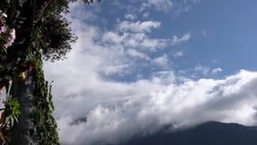 Banos, Ecuador - 20180924 - Mann wirft Arme weit auf Casa de Arbol Swing über Abgrund gegen Wolken stock video