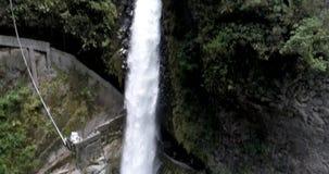 Banos, Ecuador - 24 settembre 2018 - perni del fuco per seguire acqua del calderone di Diablo Devil del di Pailon video d archivio