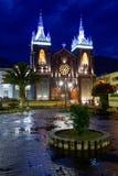 Banos-Kirchen-Nachtaufnahme stockbild
