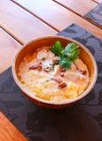 Banosh - еда Hutsul украинца - каша маиса - с беконом, хриплостями и сыром Стоковые Фото