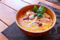 Banosh - еда Hutsul украинца - каша маиса - с беконом, хриплостями и сыром Стоковые Изображения RF