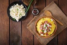 Banosh - pasto di Hutsul dell'ucranino (porridge del mais) con bacon fotografia stock