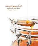 Banque de miel sur un fond blanc Photo stock