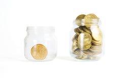 Banque en verre pour des astuces avec l'argent d'isolement sur le blanc Photographie stock