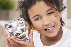 Banque porcine d'argent de l'épargne d'enfant de fille photo libre de droits