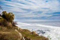 Banque raide de la rivière au printemps Ciel bleu et glace photo stock
