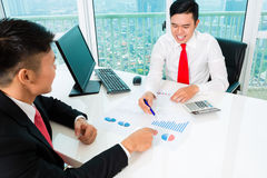 Banqueiro asiático que aconselha o investimento financeiro Imagens de Stock
