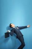 Banqueiro elegante que tenta jogar para fora a mala de viagem fotografia de stock