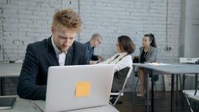 Banqueiro seguro esperto agradável novo no terno do vendedor usando a rede para publicar em blogs bem sucedido video estoque