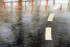 Banques inondées par route glissante sous la pluie photos stock