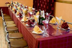 Banquet bordeaux table Royalty Free Stock Photography