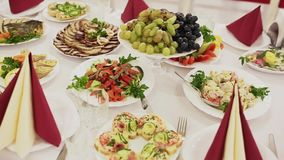 Banquet exquis avec la pluralité de plats délicieux banque de vidéos