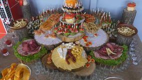 banquet O alimento na tabela do casamento Carne, petiscos e bebidas vídeos de arquivo