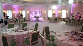 Banquet o salão para um casamento em cores cor-de-rosa filme
