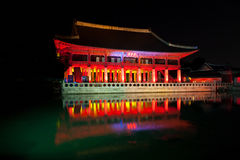 Banquet royal Hall la nuit - palais de Gyeonghoeru de Gyeongbokgung, Photos stock