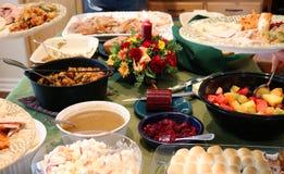 Banquete casual de la acción de gracias en la tabla con las placas que son llenadas imagen de archivo libre de regalías