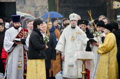 Banquete cristiano religioso de la epifanía. El sacerdote, el obispo bendice el agua y a la gente fotografía de archivo