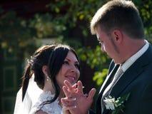 Banquete de boda La mirada de novia y del novio en uno a Foto de archivo